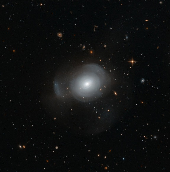PGC 6240 is an elliptical galaxy about 350 million light years away in the southern constellation of Hydrus. It is surrounded by globular clusters that unexpectedly contain both young and old stars — thought to be a result of a galactic merger in the recent past.