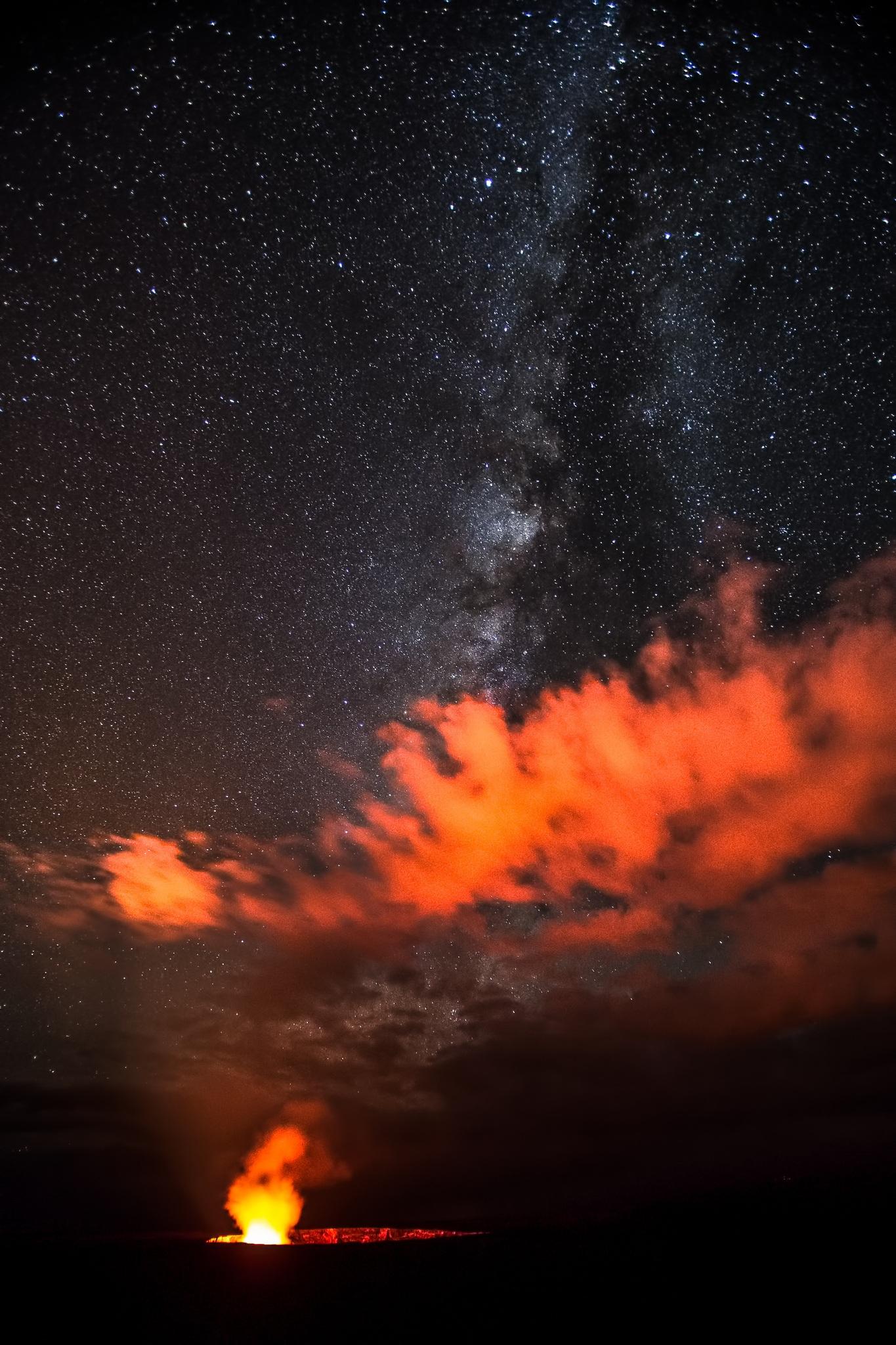 Milky Way Galaxy Glows Over Fiery Hawaiian Volcano in Stargazer's Photo