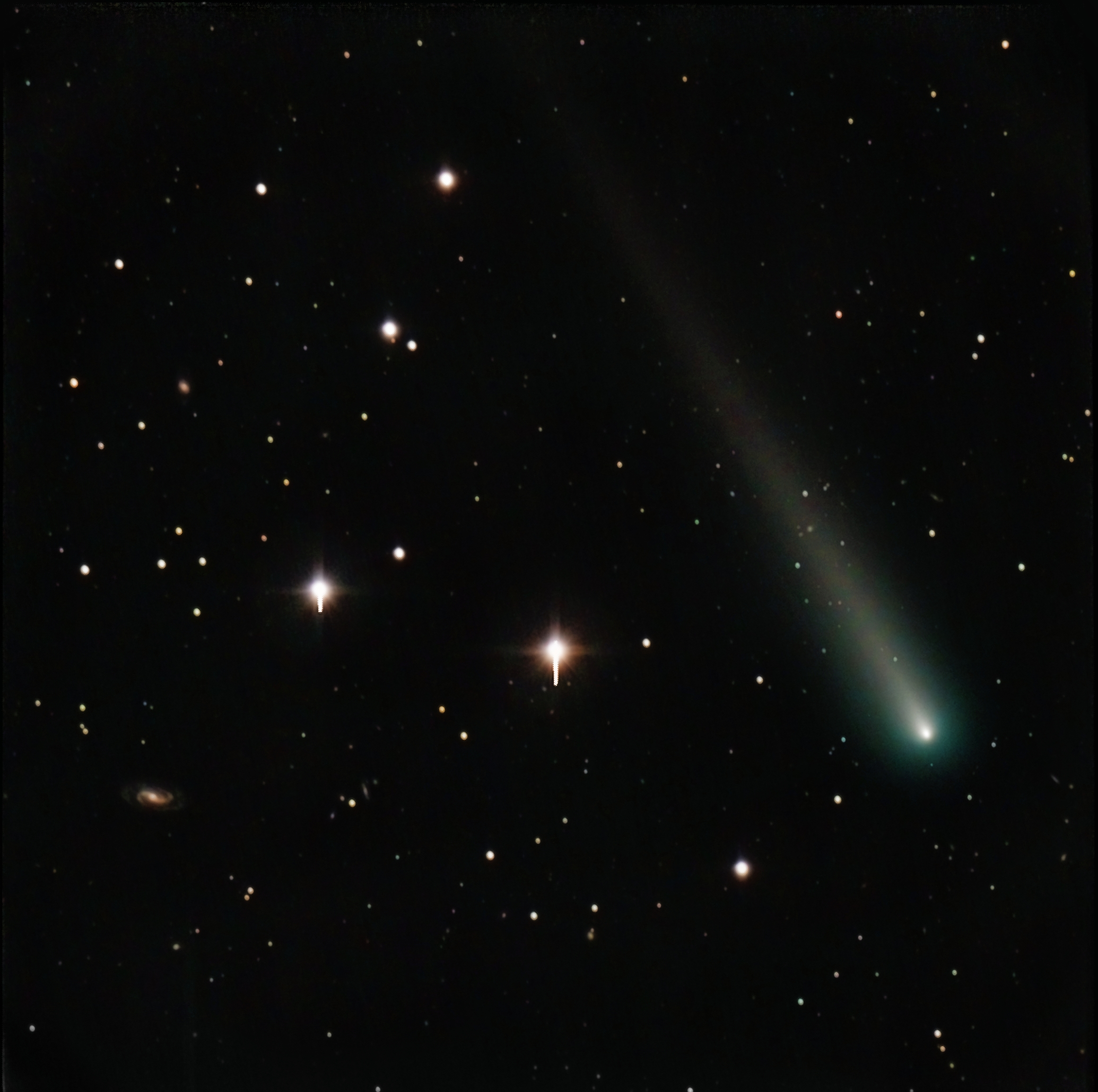 Comet ISON Soars Past Distant Galaxies in Amazing Photo