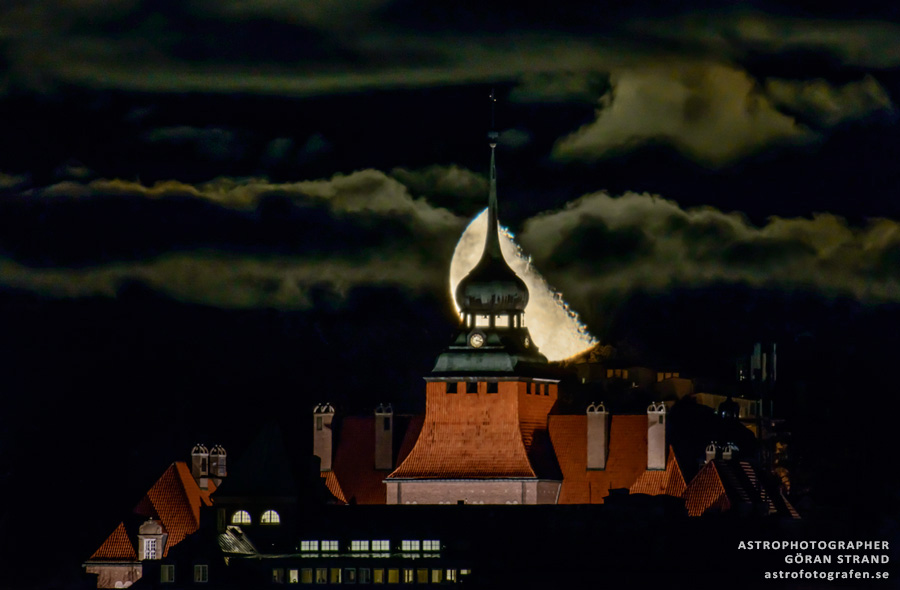 Amazing Moon Rises Over City Hall in Sweden (Photo)