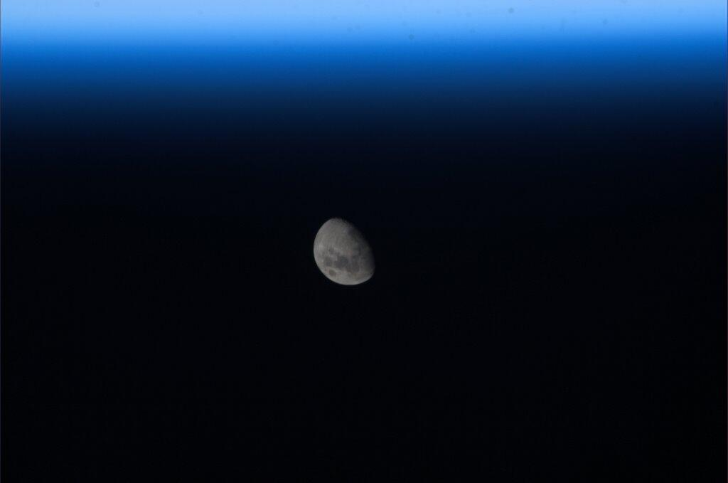 Mike Hopkins Captures 'Awesome' Photo of Moonrise on ISS