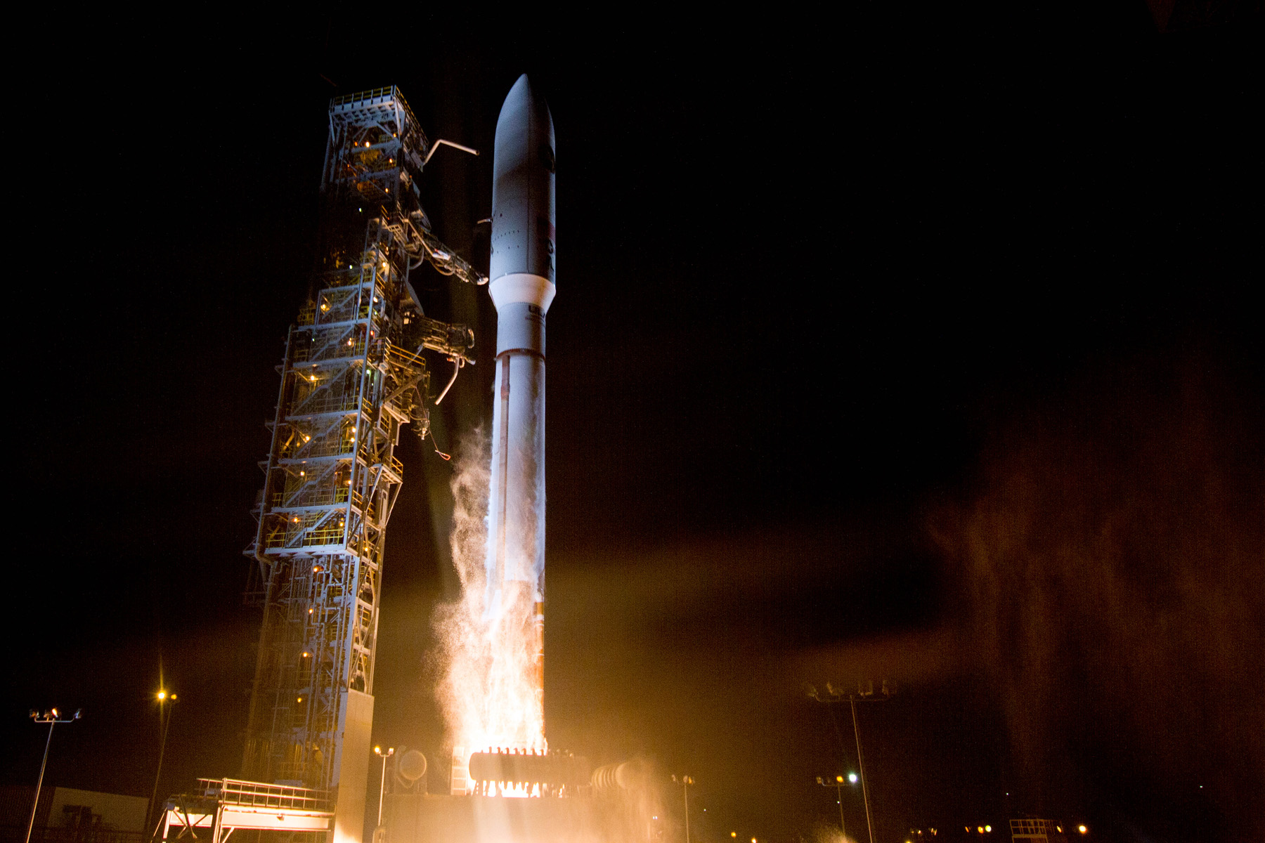 Top-Secret US Spy Satellite Launches into Orbit (Photos)