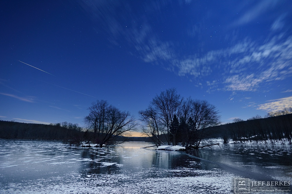 Geminid Meteor Streaks Over Frozen Pennsylvania Lake (Photo)