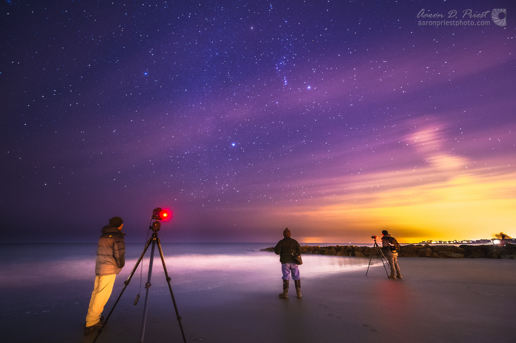 Orion's Stars Shine Over Stargazers on Wintry Shore in Amazing Photos