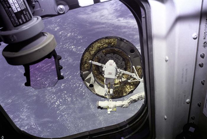 Space History Photo: Intelsat VI Capture Attempt