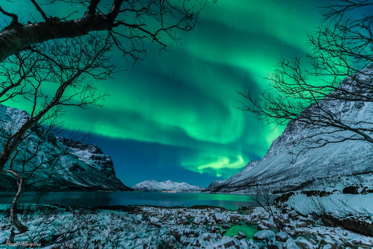 Green and Ghostly Northern Lights Haunt Norway Mountains (Photo)