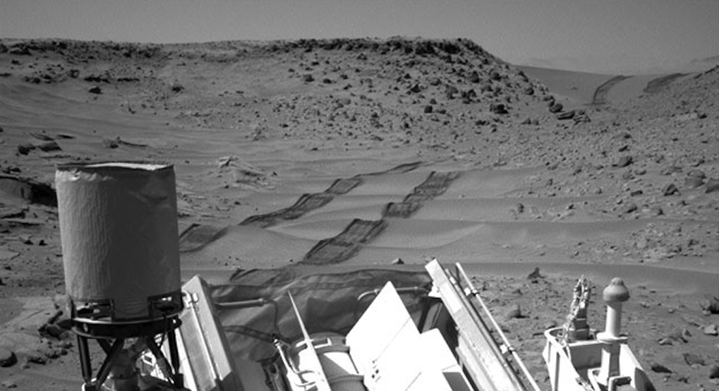 Curiosity Rover Conquers Martian Sand Dune (Video)