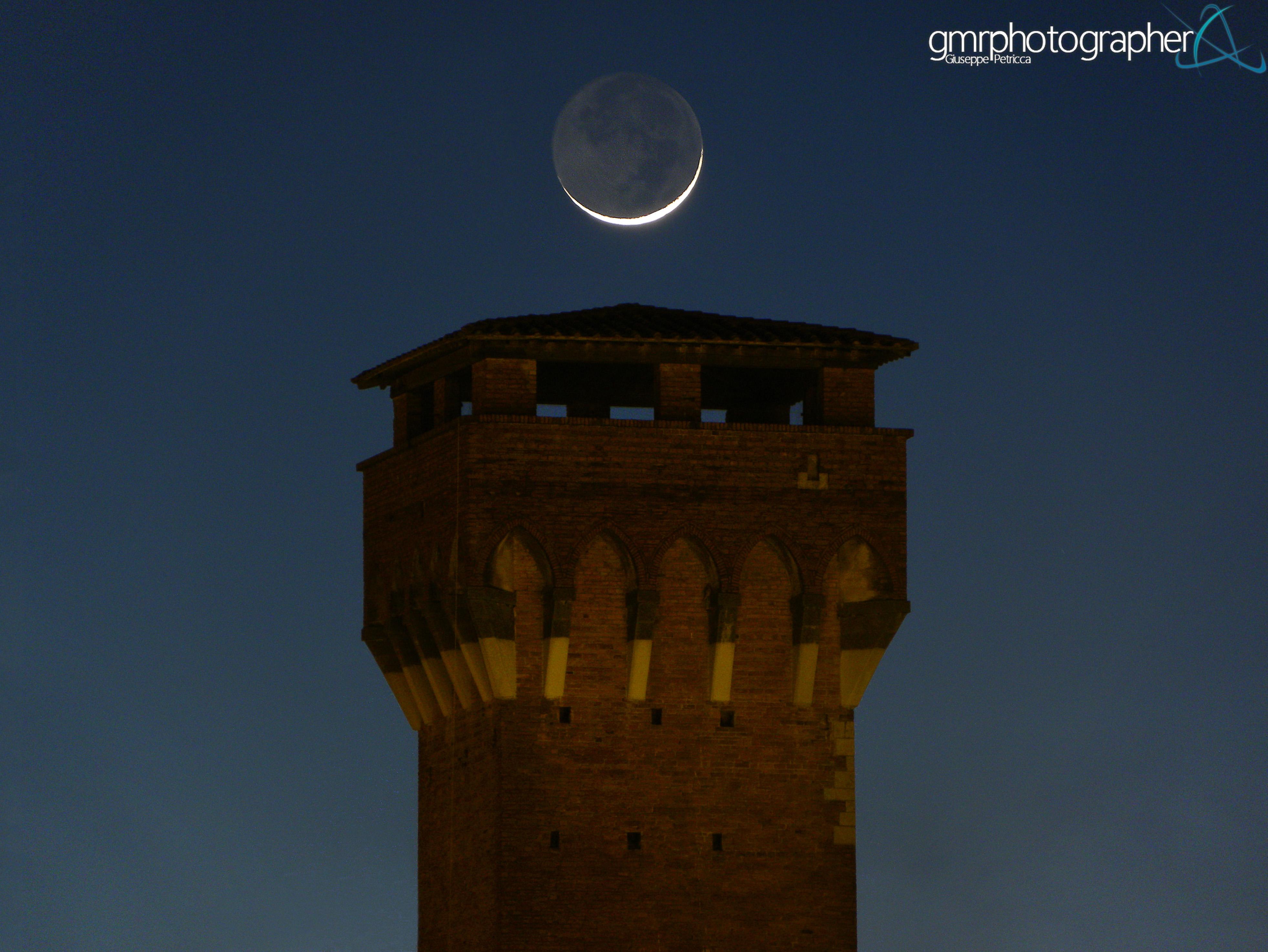Moon Glows with Earthshine Over Italian Citadel (Photos)