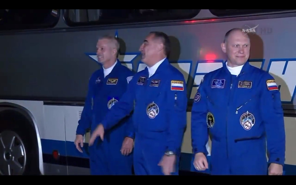 Expedition 39 Crew at the Bus Before Launch