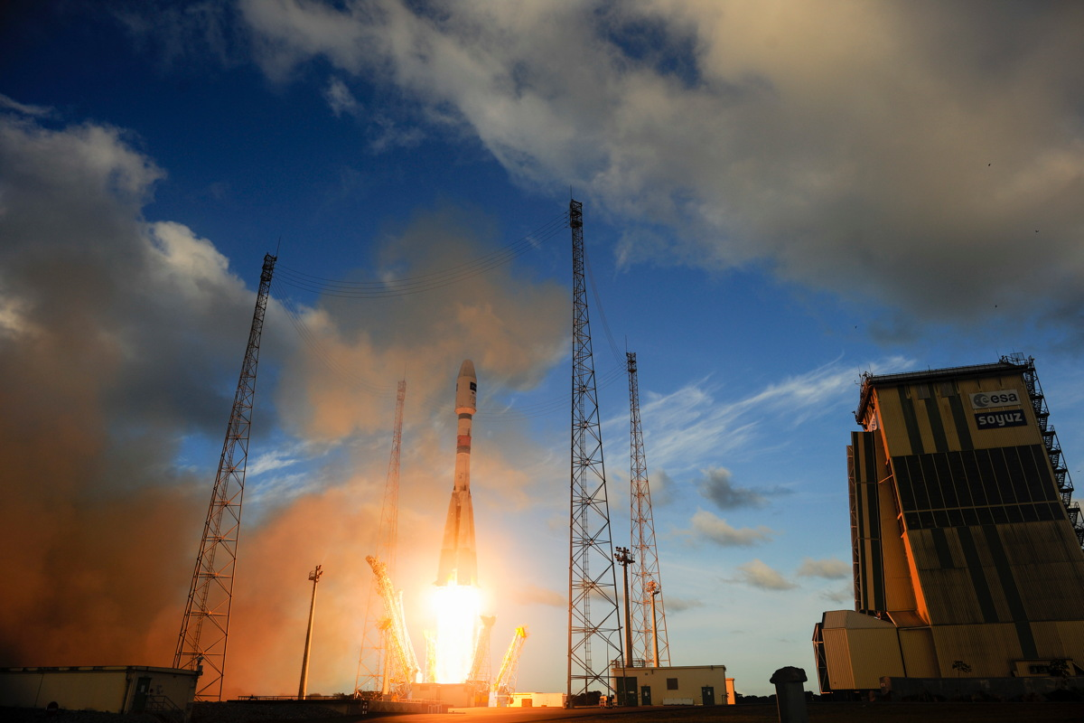 Rocket Launch Photos: Europe's 1st Earth-Watching Sentinel Satellite Blasts Off