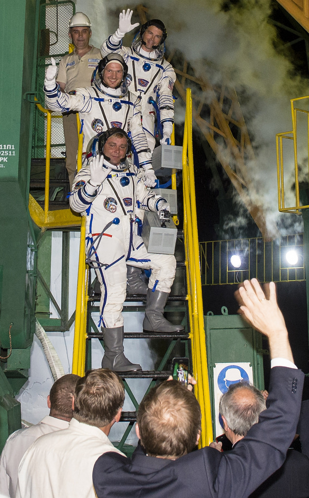 Expedition 40/41 Flight Engineers Wave Goodbye