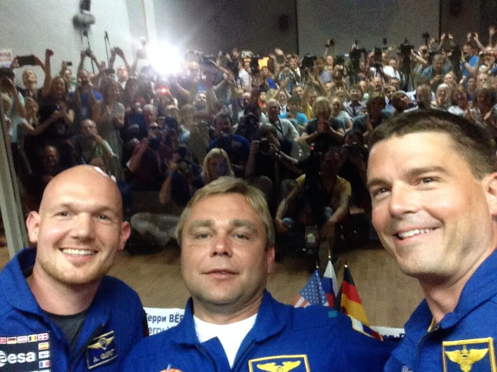 Expedition 40/41 Crew Tweets Selfie