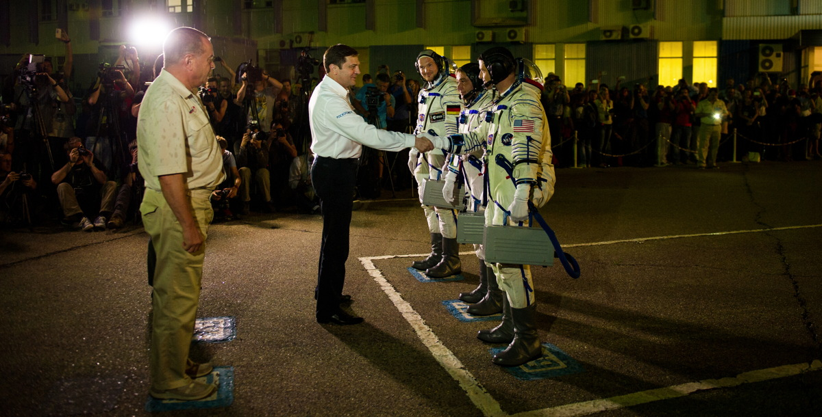 Expedition 40 Preflight Handshake