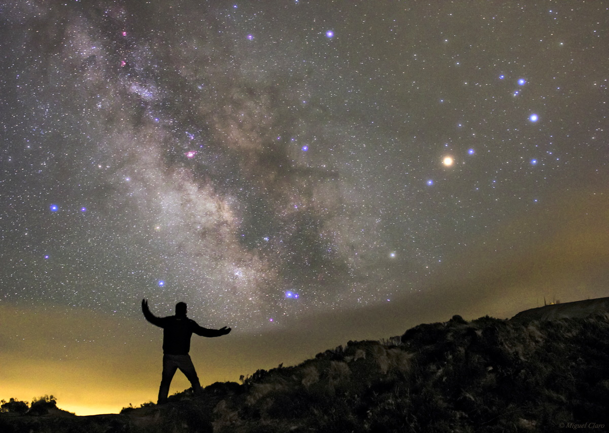 Skywatcher Lifts Up Clouds of the Milky Way in Amazing Photo