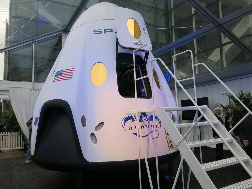 Take It to Your Leaders: SpaceX's Futuristic Dragon Spaceship Invades D.C.