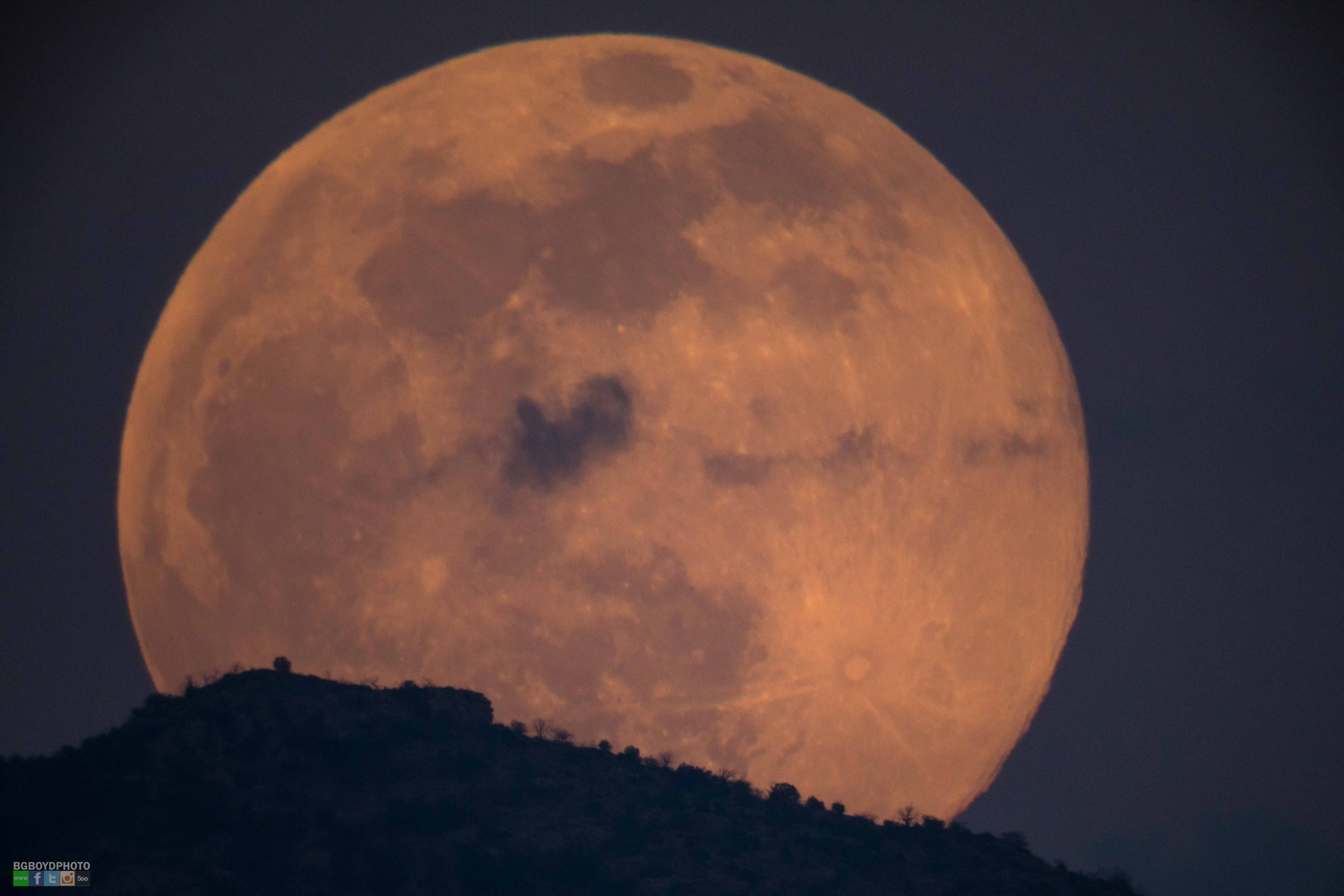 Spooky 'Honey' Moon Casts Glow on Friday the 13th (Photos)