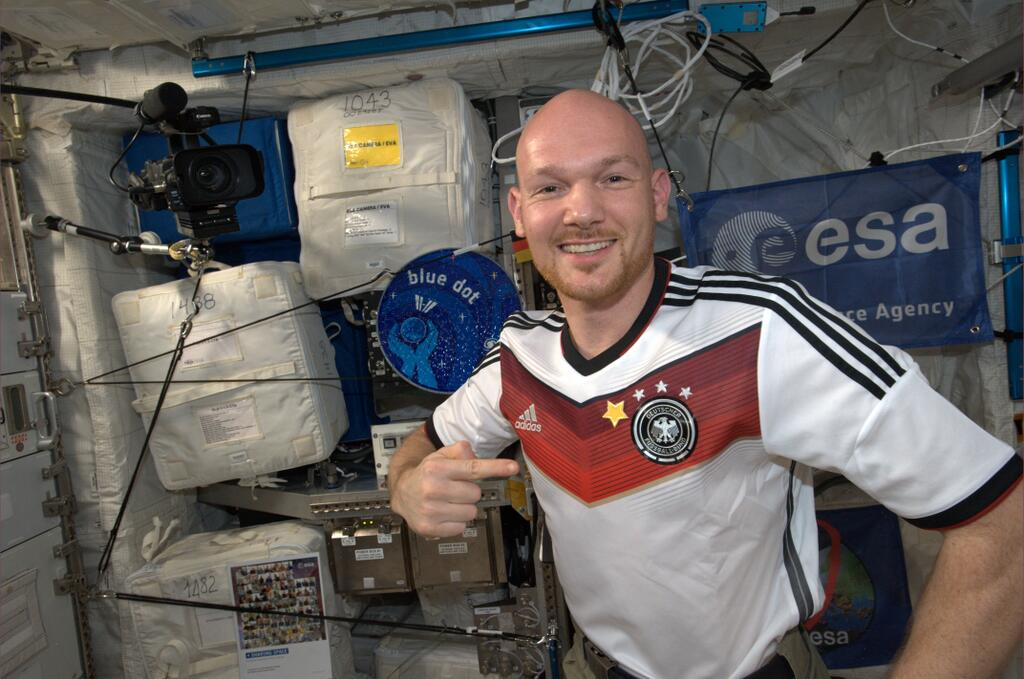 Astronaut Celebrates Germany's World Cup Win from Space (Photos)