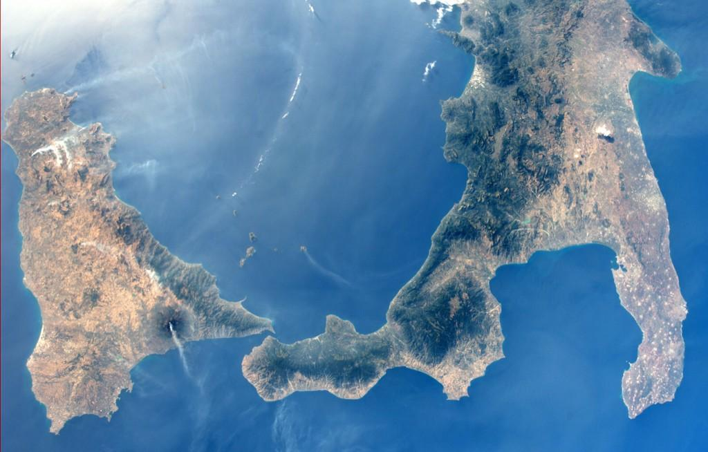 Astronauts See Mount Etna Volcano's Lava and Steam from Space (Photos)