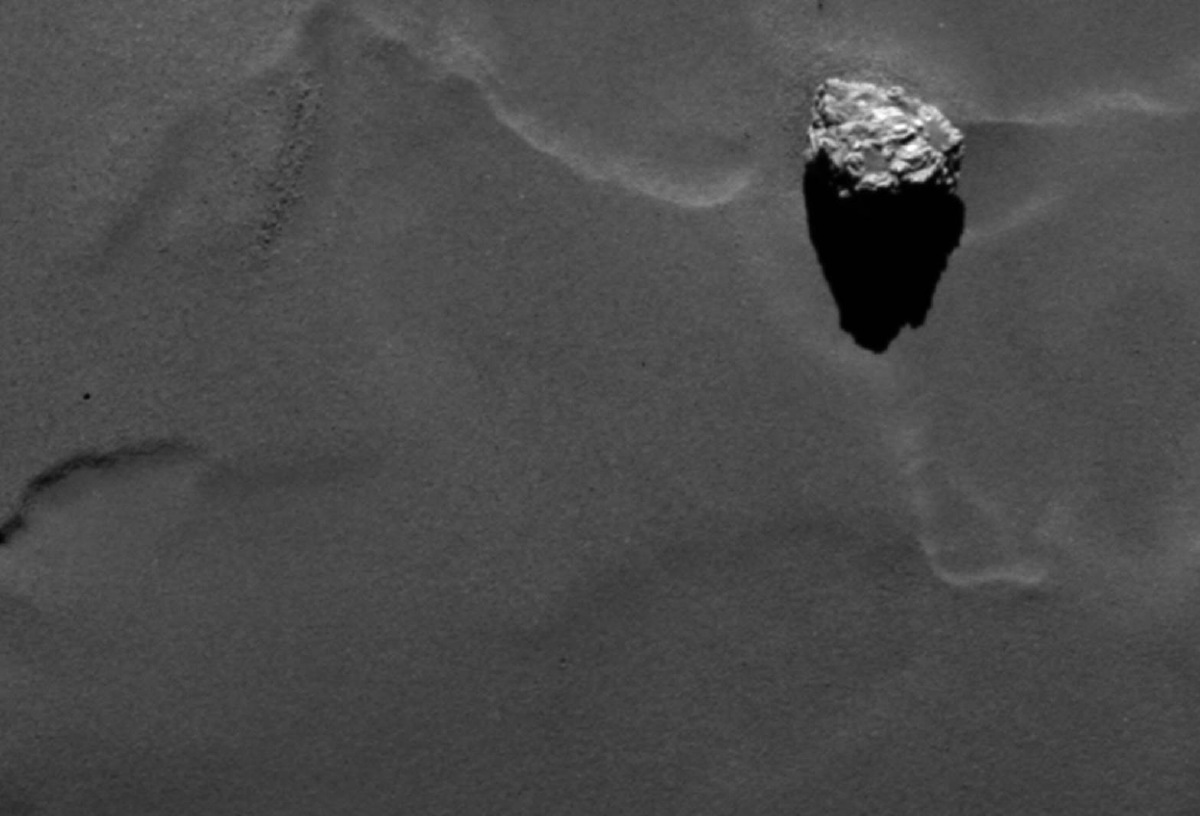 Rosetta Spacecraft Spots 'Pyramid' Boulder on Comet (Photos)