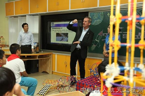 Canadian astronaut Chris Hadfield discusses the essentials of space engineering with Chinese students.