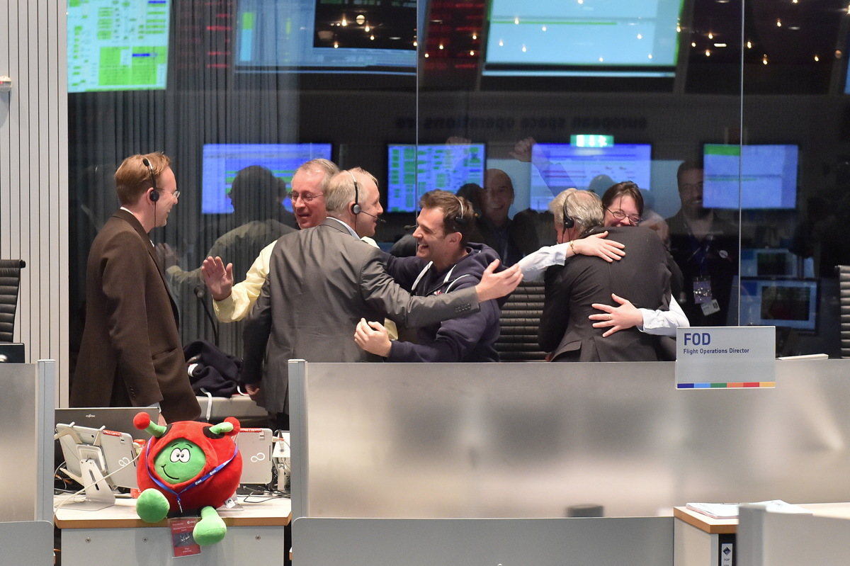 Rosetta Mission Crew Congratulations After Philae Touchdown