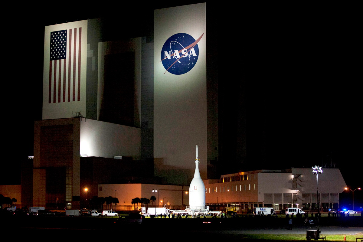 Orion Stops in Front of Vehicle Assembly Building