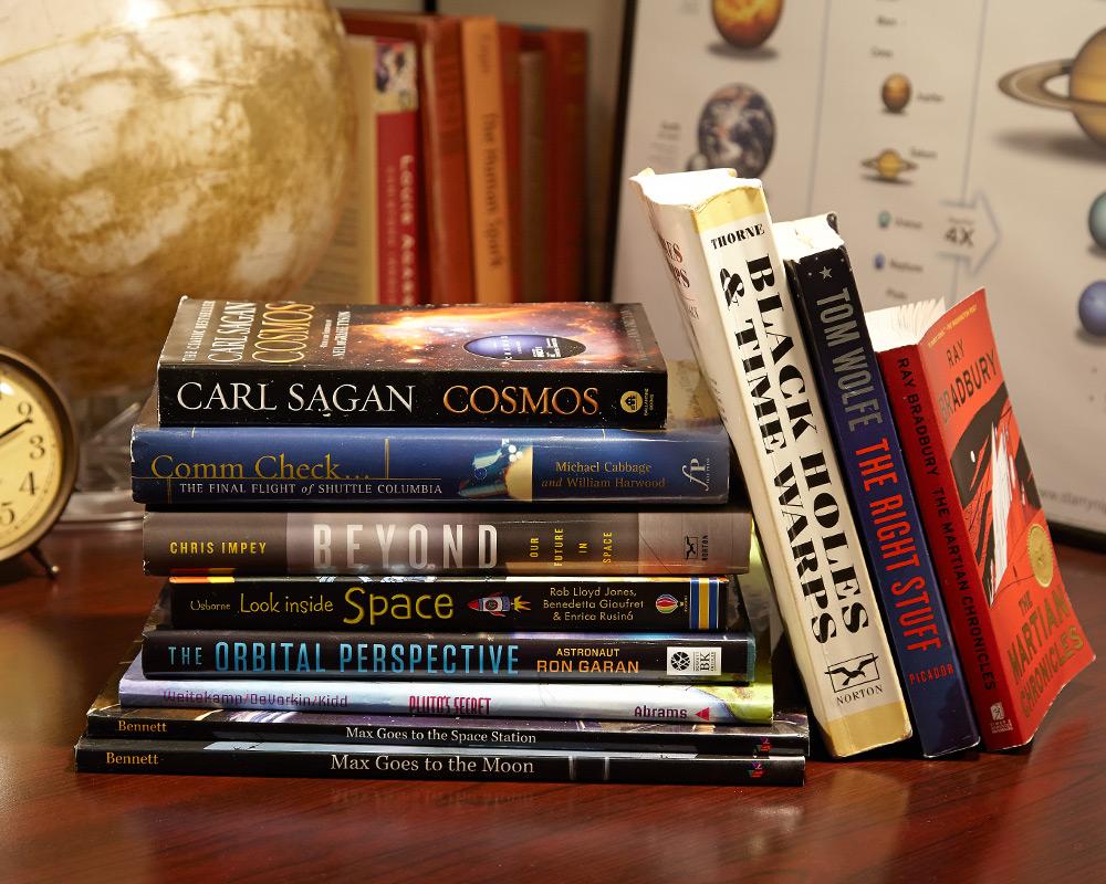 Pokloni osobi iznad - Page 4 Space-books-recommended-reading