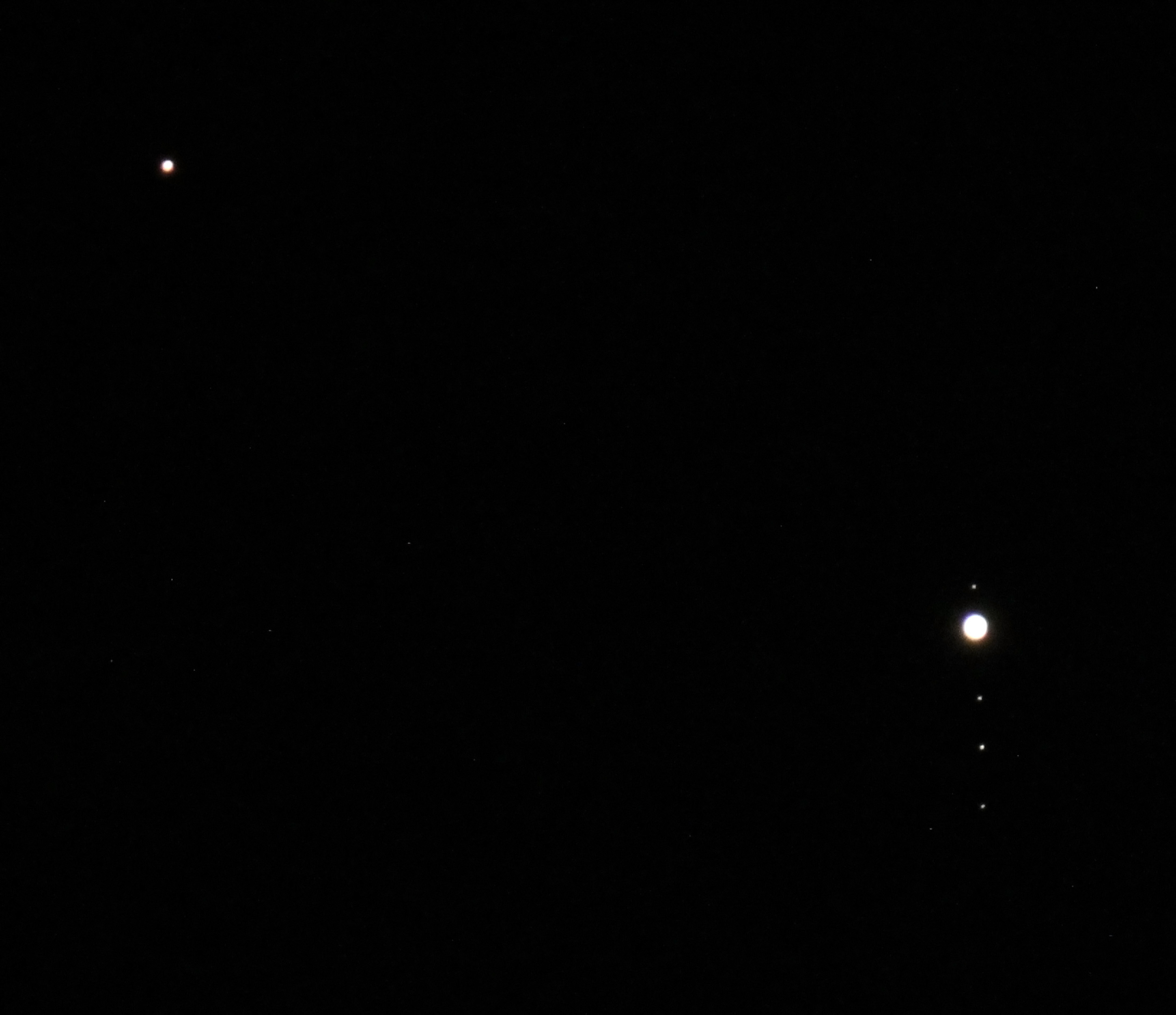 Mars and Jupiter: Photographer Spies a Gas Giant with the 'Angry Red Planet'