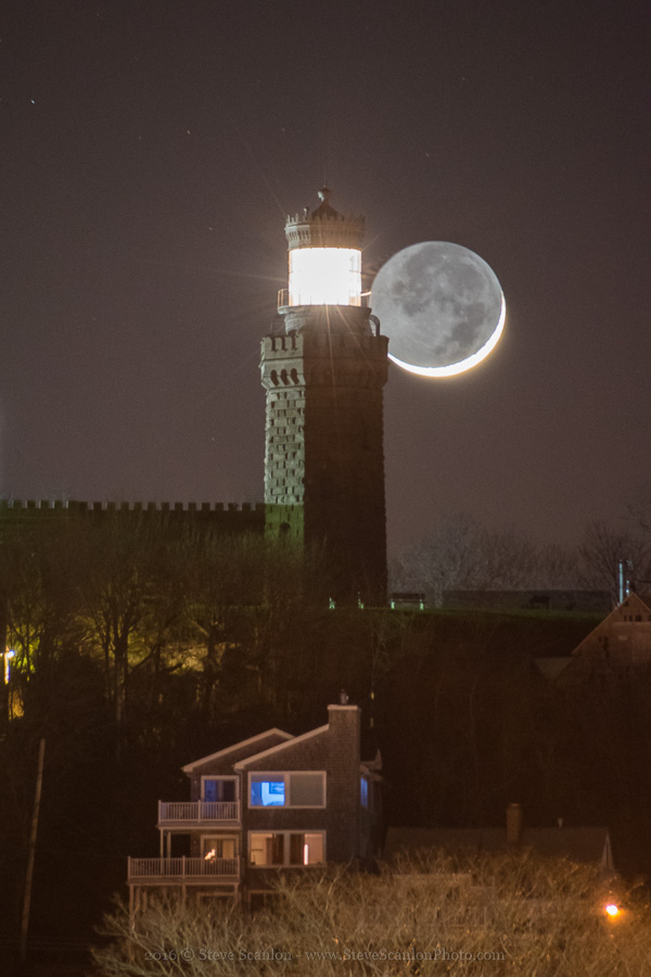 By the Light of the Moon: Luna and Lighthouse Meet in Amazing Photo