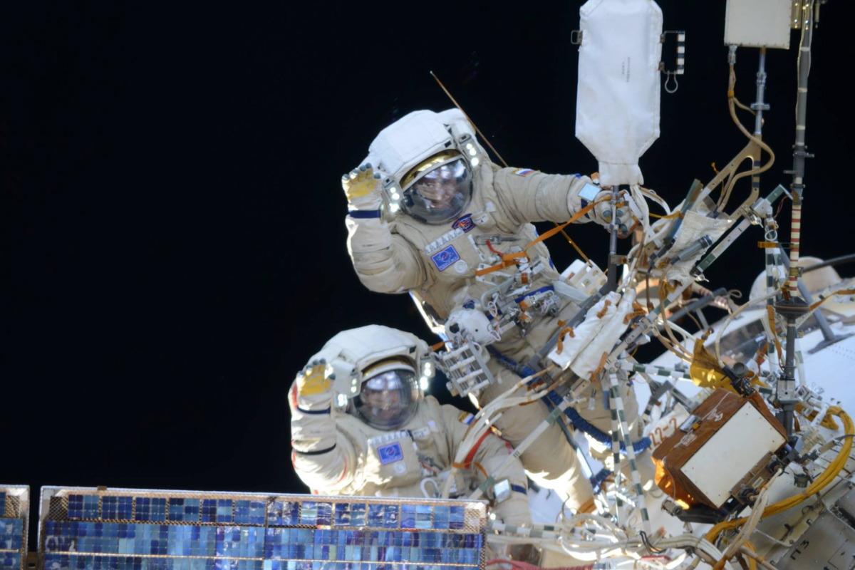 how to walk like an astronaut