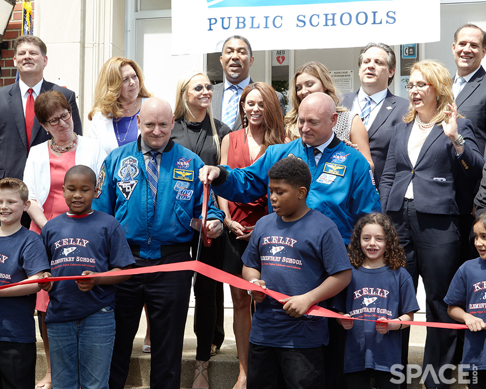 Astronaut Twins Mark and Scott Kelly Honored by NJ Elementary School (Gallery)