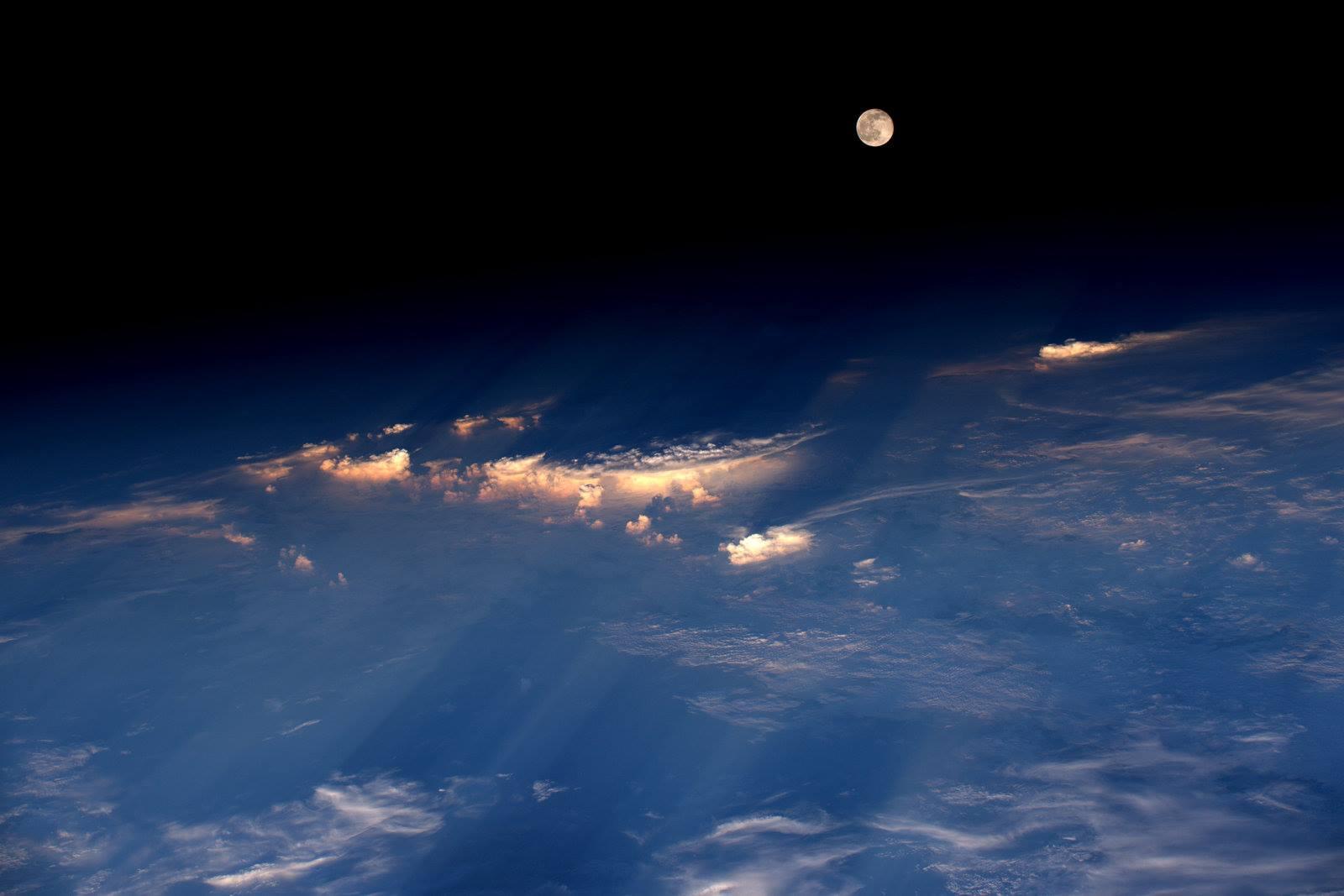 Delicious 'Strawberry Moon' Photos: Rare Solstice Lunar Show Wows Stargazers