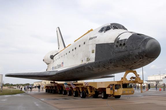 Space shuttle Atlantis in movimento in cima alla Transporter sistema Orbiter (OTS) al Kennedy Space Center della NASA in Florida.