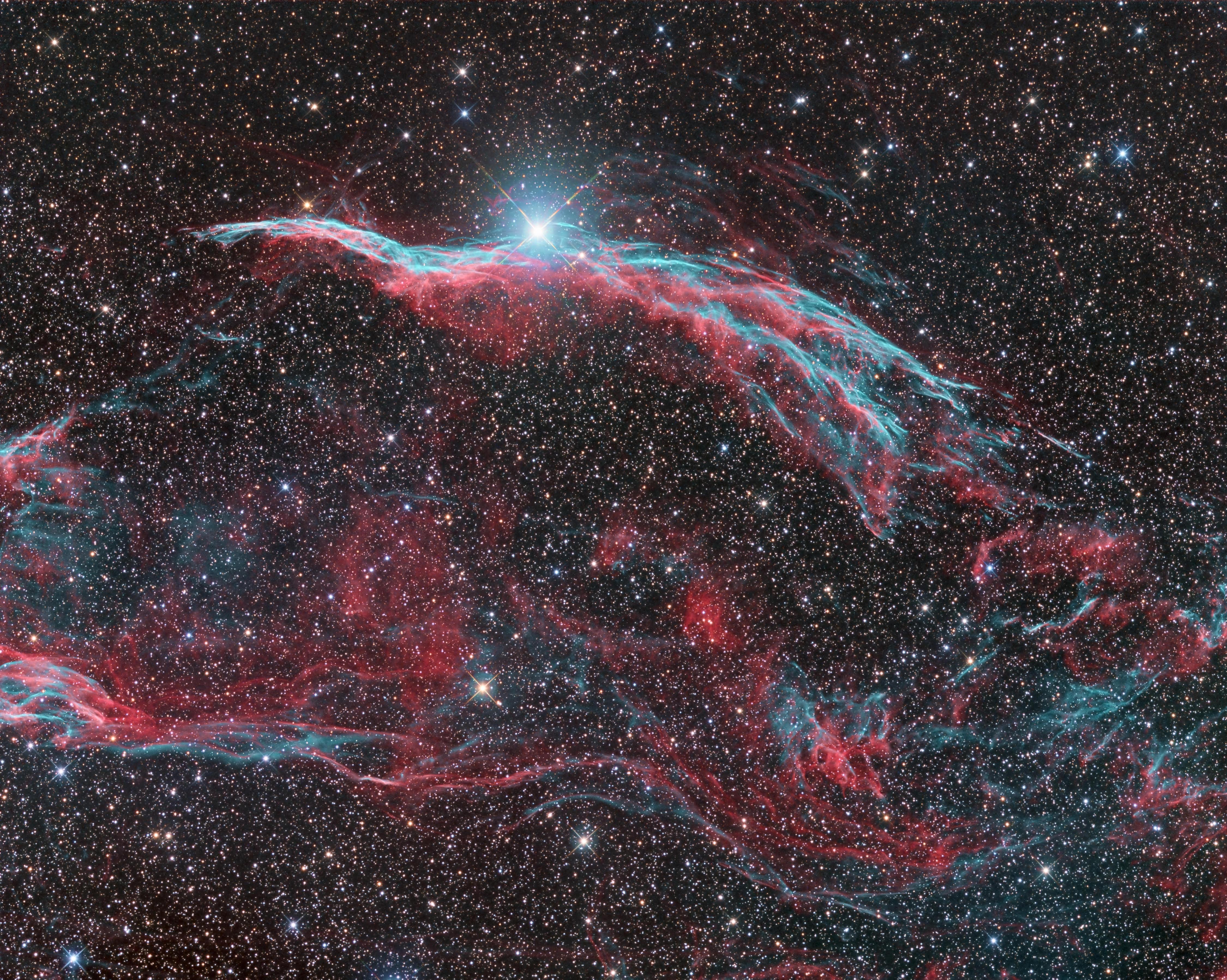 Veil Nebula Glows Red and Blue in Stunning Stargazer Photo