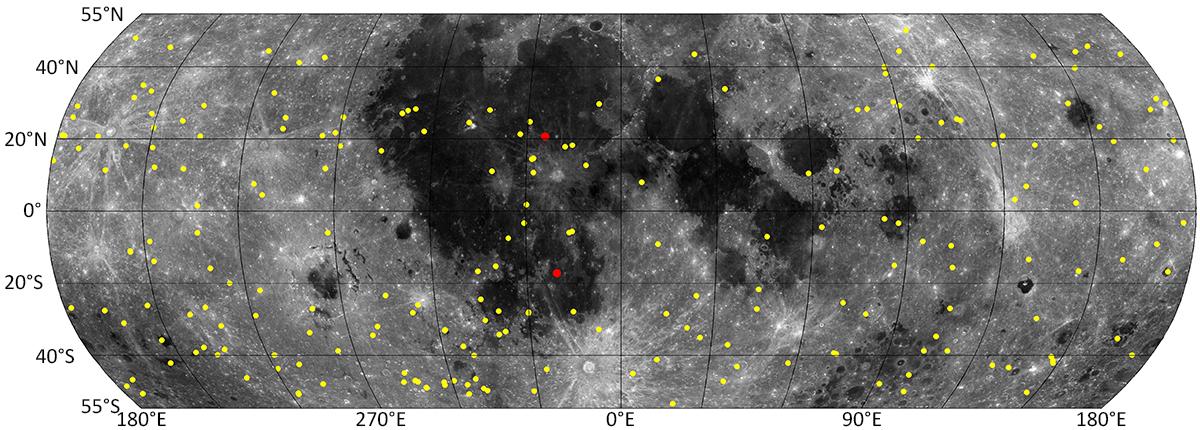 De gule prikkene viser de nye kraterne på månens overflate. De to røde prikkene angir to nedslag som også ble sett fra jorden. Bilde: NASA/GSFC/Arizona State University.