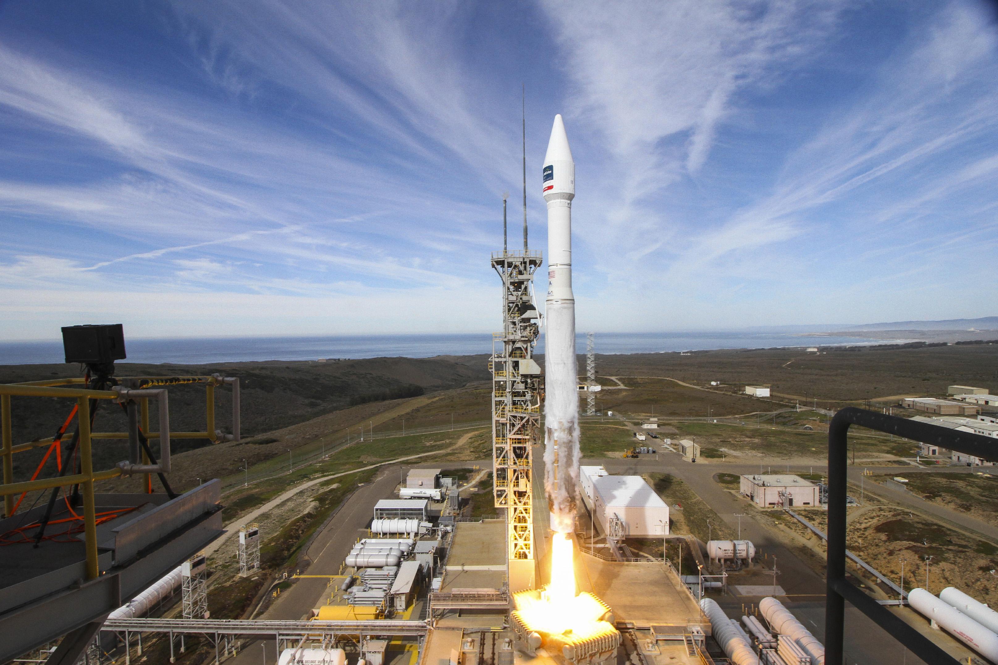 Launch Photos: Atlas V Rocket Soars with DigitalGlobe's WorldView-4 Satellite