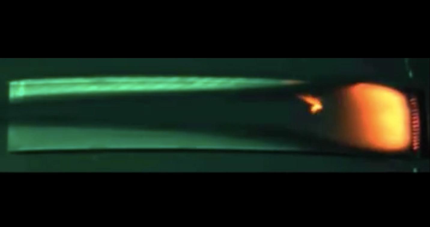 Eine Probe Acrylglasmaterial, das in den Raumfahrzeugfenstern verwendet wird, brennt an Bord des privaten Cygnus Frachtschiffs am 21. November 2016, während des Saffire-II Experiments der NASA. Bildquelle: NASA
