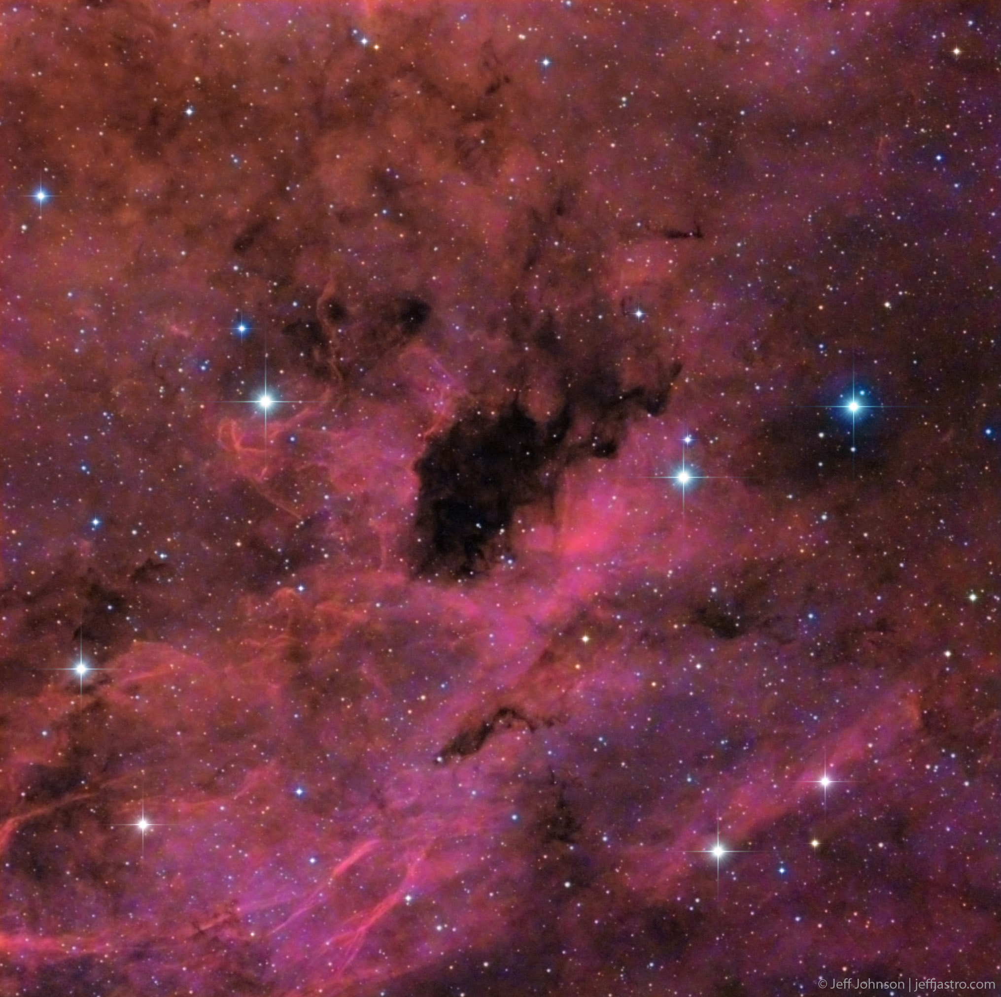 Dark Nebula Glows Red in Amateur Astronomer's Photo