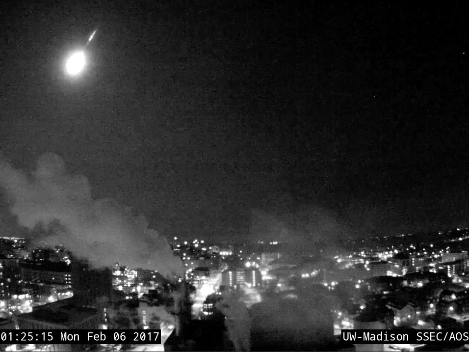 Brilliant Fireball Streaks Over Milwaukee, Wows Skywatchers (Videos)