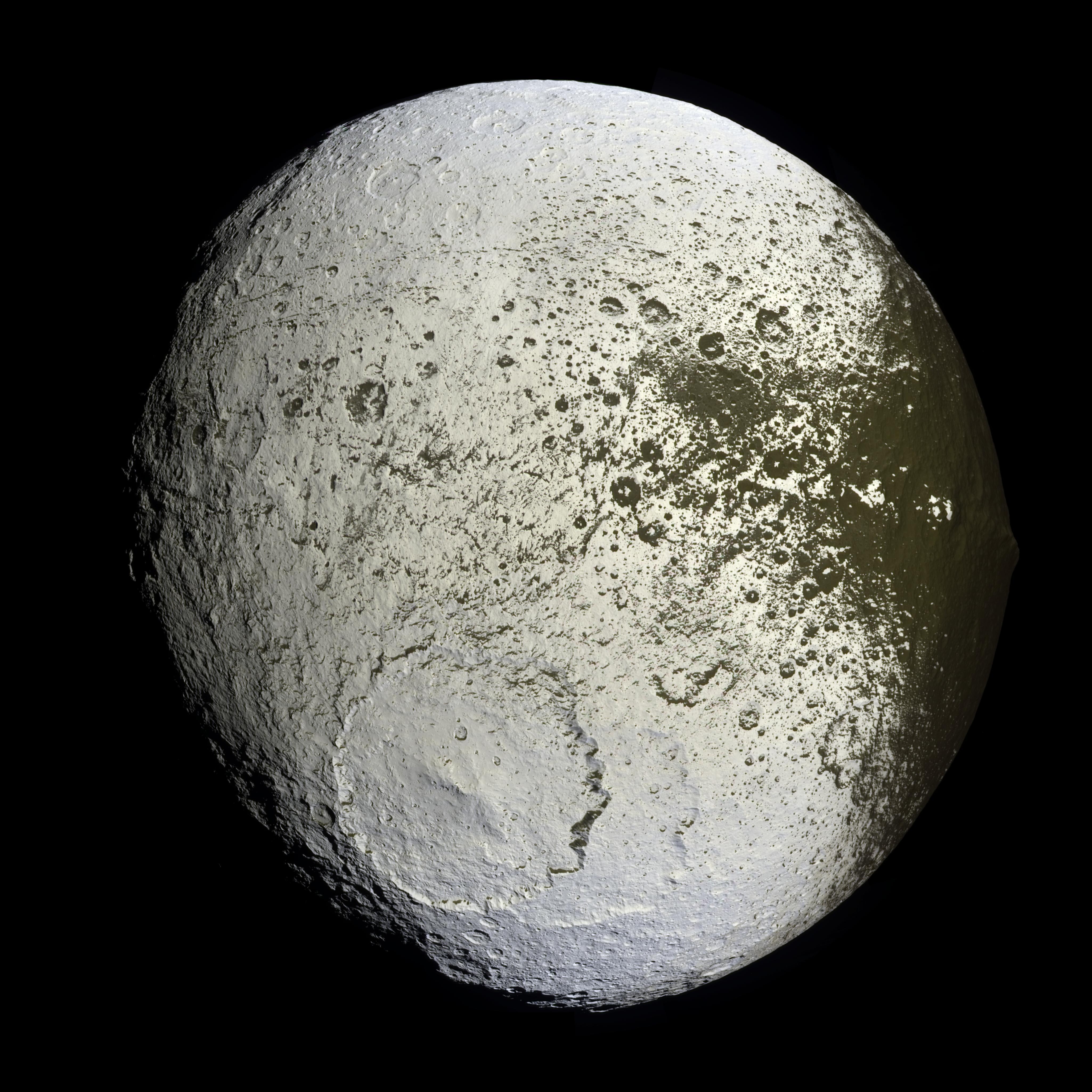 La luna Japeto es una estrella de la muerte ajena.