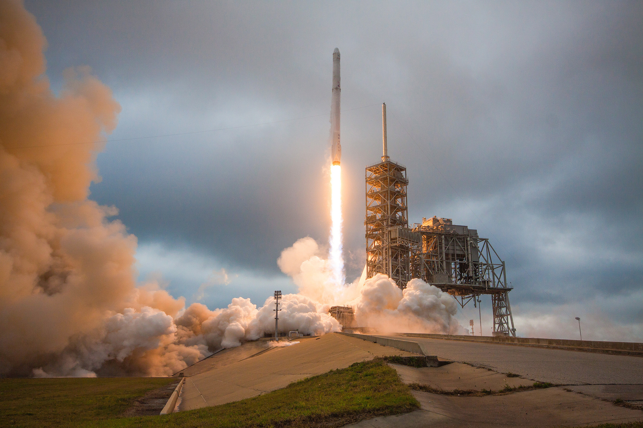 SpaceX Rocket Launch (& Landing) Lights Up Leaden Sky in These Amazing Views